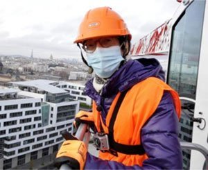 At 66, she climbs to the top of a Bouygues Bâtiment crane at a height of 58 meters