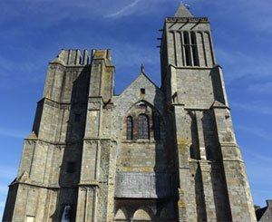 Ken Follett donates copyright to restore cathedral in France