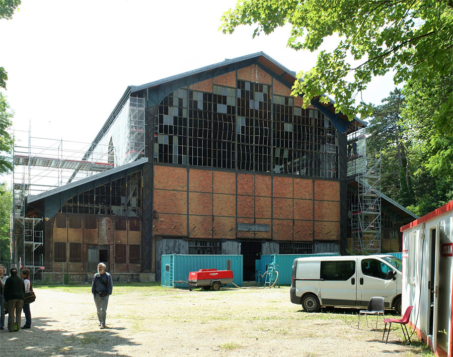 Hangar Y- © Coyau via Wikimedia Commons - Creative Commons License