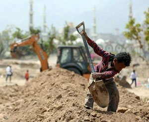 Yemenis forced to put their hands in their pockets to build a road
