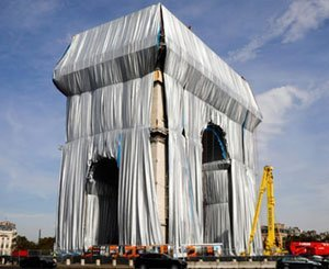 """Macron inaugurates the packaged Arc de Triomphe, Christo's """"crazy dream"""""""