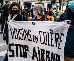 """The """"excesses"""" of temporary rental denounced in front of Airbnb's Paris headquarters"""