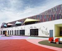 La nouvelle école Simone Veil de Villiers-sur-Marne reçoit un bardage coloré évoquant l'enfance