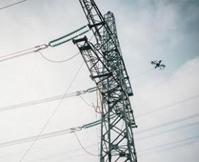 SPIE utilise un drone pour suspendre un câble sur des lignes électriques à haute...