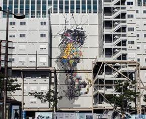 Une œuvre du street artiste Brusk s'affiche sur un chantier à Paris