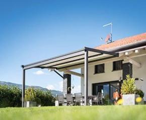 KE Outdoor Design ombrage le jardin d'hiver d'une villa avec sa solution SPACE