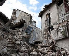 L'effondrement d'un immeuble à Istanbul en Turquie fait au moins...