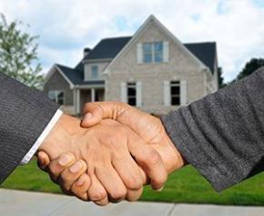 Le gouvernement réfléchit à taxer les grosses plus-values immobilières selon Le Maire