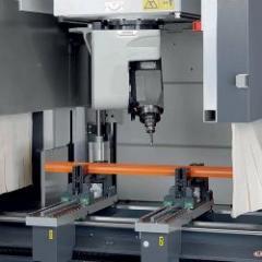 Centre d'usinage 5 axes conçu pour une fabrication des profilés en aluminium et acier à parois fines