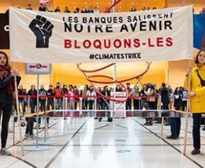 Climat : Des étudiants et lycéens bloquent le siège de la Société Générale