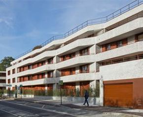 180 menuiseries bois sur-mesure Atulam pour la construction de logements...