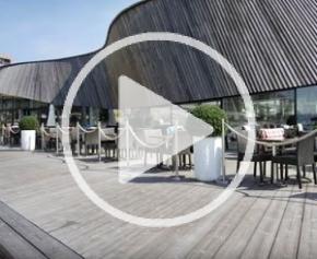 Un restaurant avant-gardiste en forme de vague avec bardage en bois Kebony