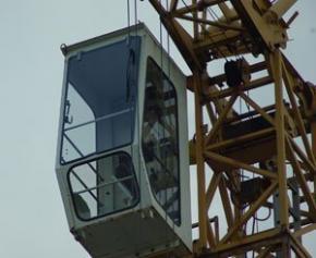 Le chargement d'une grue bascule sur un chantier à Nanterre et tue un ouvrier