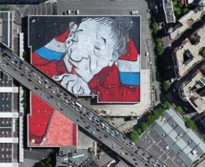 Une immense œuvre de street art nichée sur un toit parisien