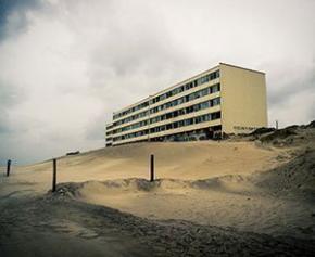 """L'immeuble """"de l'érosion"""" à Soulac en Gironde a été désamianté, avant sa..."""