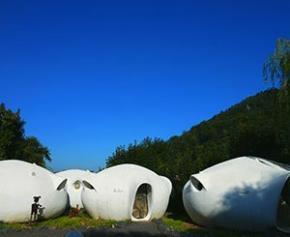 Les maisons-bulles Häusermann dans les Vosges adjugées 360.000 euros