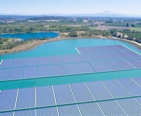 Premier électron pour la centrale solaire flottante de Piolenc