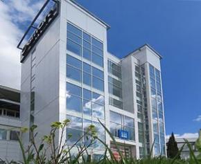 Le bardage Bluetek composite illumine les façades des tours de...