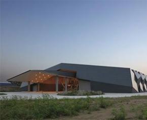 Une formation rocheuses en zinc-titane pour intégrer un bâtiment industriel dans...