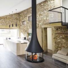 Cheminée qui offre une vision de la flamme à 360° en version suspendue ou murale