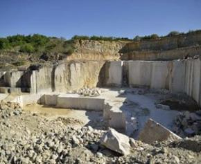 Un ouvrier du BTP meurt dans une carrière de calcaire