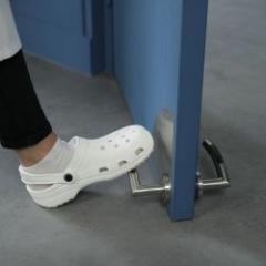 Ouvre porte au pied pour répondre aux nouveaux besoins de sécurité sanitaire