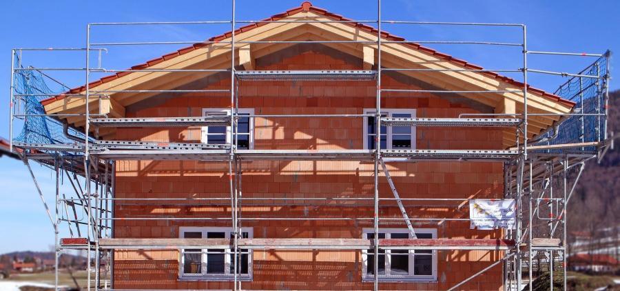 La construction de logements redémarre fort en juin, mais la baisse des permis de construire inquiète