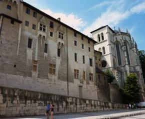 """Une cinquantaine de mal-logés à Grenoble réclament à la ville un """"logement décent"""""""