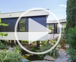 Une extension de villa sur pilotis
