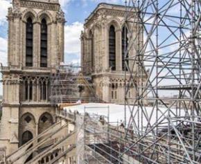 Deux ans après l'incendie, Macron sur le toit éventré de Notre-Dame