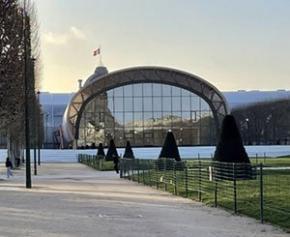Le Grand Palais éphémère en bois de l'architecte Wilmotte sur le Champ de mars...