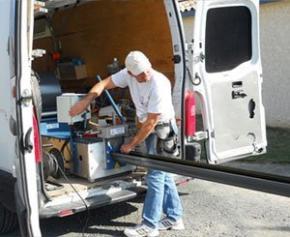 Gouttière et Couvertine en aluminium laqué : découvrez le procédé Araltec de profilage sur-mesure directement sur le chantier !