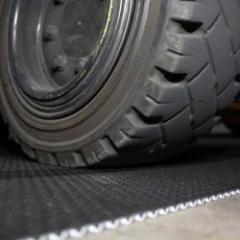 Plaques anti-chocs pour la protection de sol sur chantier