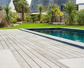 Une plage de piscine en bois Kebony