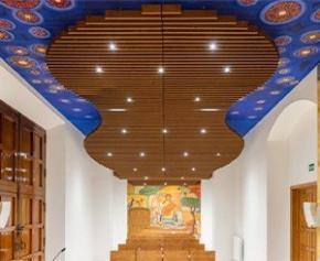 Hunter Douglas Architectural livre un plafond en bois massif ondulé pour...